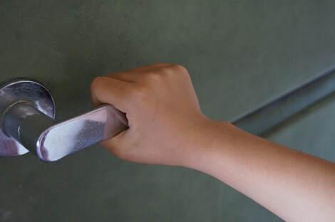 ドアノブ、エレベーターボタン、ダストボックス(ゴミ箱)、手摺、サッシ、スイッチ、工場設備など手の触れる機会の多い塗装面や金属面の抗菌